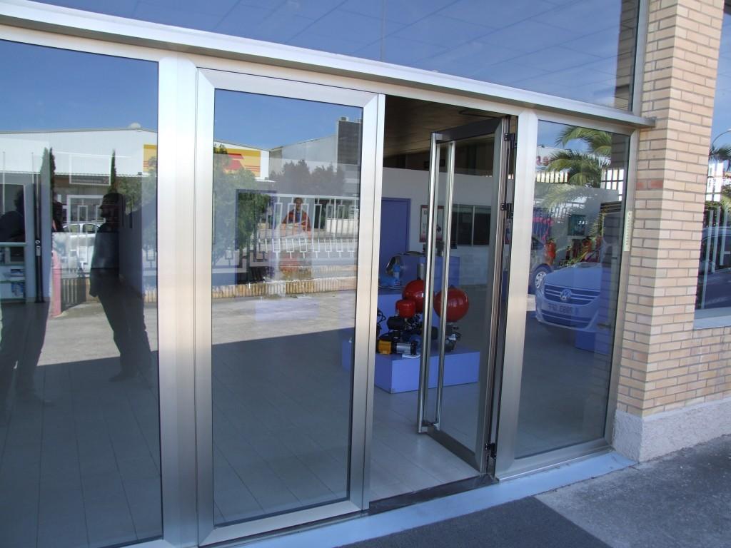 Puerta de aluminio en comercio de Huesca