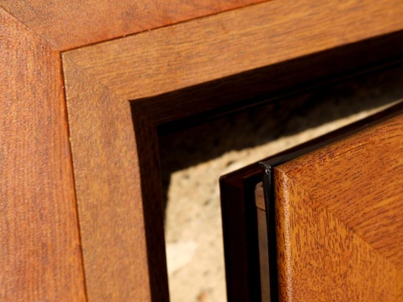 ABATIBLE: Las gomas de cierre de la hoja se presionan contra el marco cuando la ventana está cerrada.