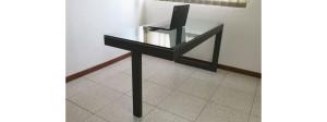 mesa de acero y cristal de seguridad hecha a medida.