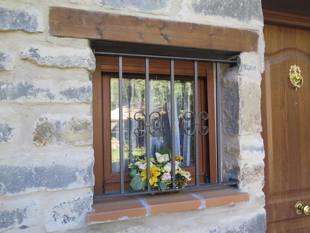 Related pictures reja para ventana hierro forjado - Colgadores de hierro forjado ...