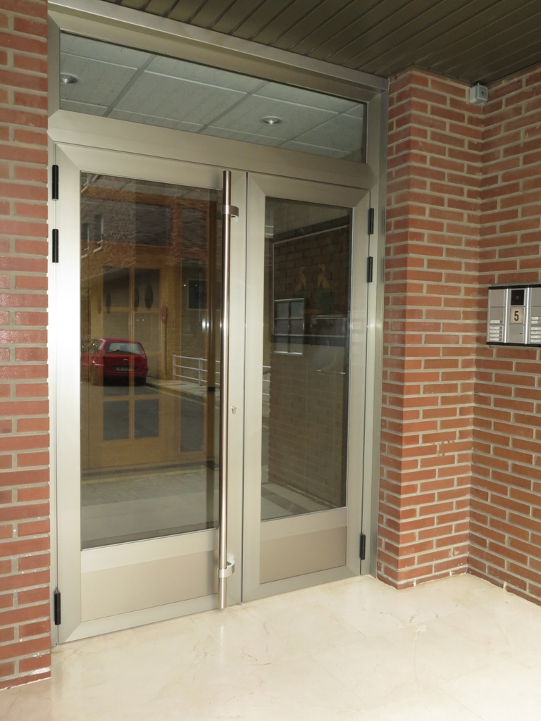 Cambio de puerta de aluminio en portal talleres usieto - Cambio de puertas ...