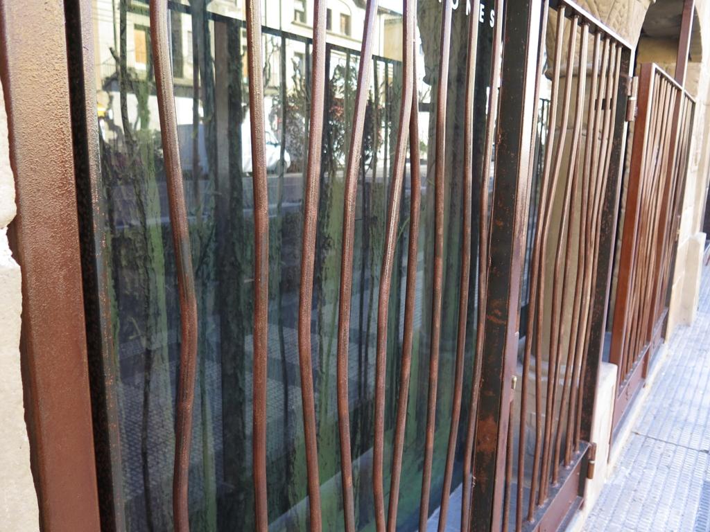Rejas de hierro con dise o creativo talleres usieto - Rejas de hierro para puertas ...