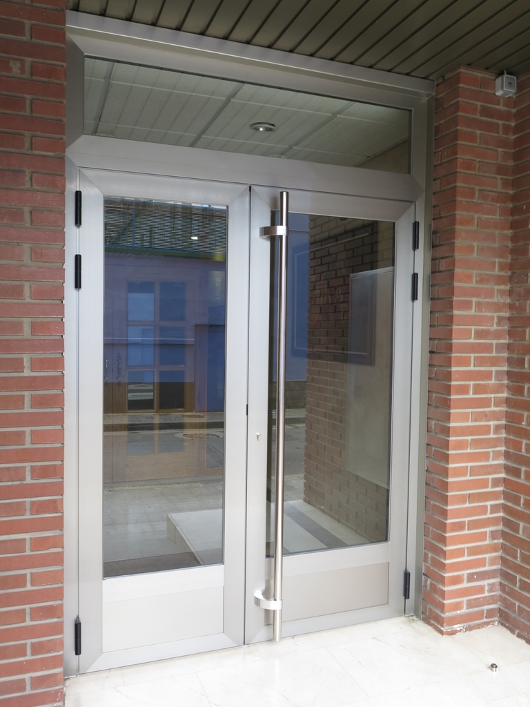 Puerta de acceso de aluminio talleres usieto - Puerta balconera aluminio ...