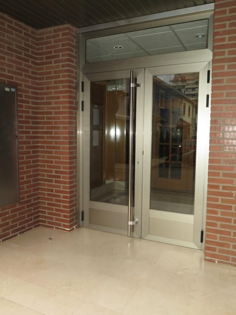 Puerta para portal en dos hojas.