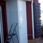 armario de aluminio bajo alero en atico