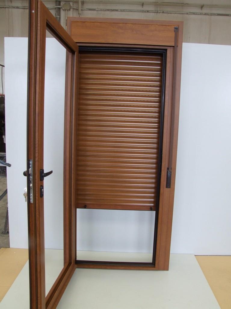 puerta de aluminio con compacto de persiana