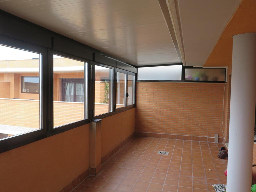 Ventanas con caj n de persiana cubierta y canal for Casetas aluminio para terrazas