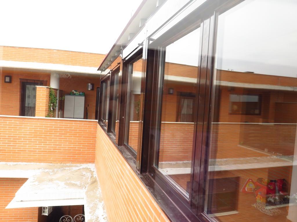 Ventanas con caj n de persiana cubierta y canal for Ventanas con persianas incorporadas
