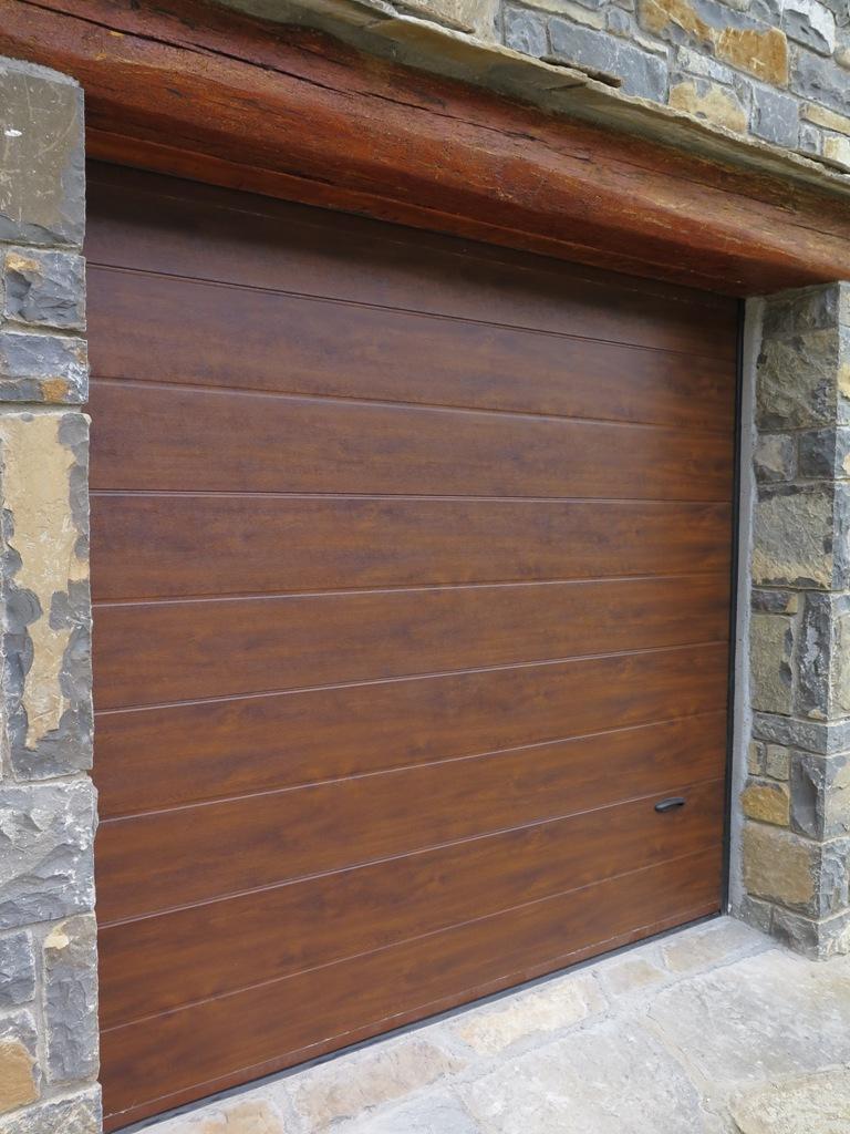 Puerta seccional con peatonal talleres usieto - Puertas de aluminio imitacion madera ...