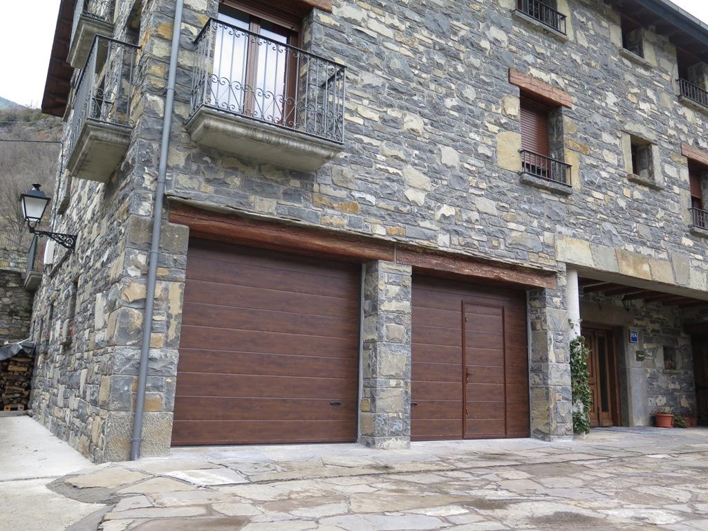 Puerta seccional con peatonal talleres usieto for Puertas de garaje de madera