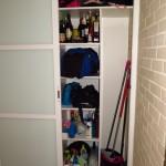 escobero y baldas en armario hecho a medida
