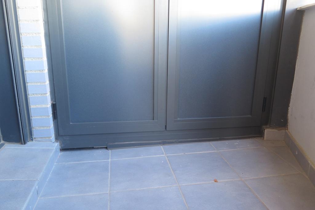 Armario de aluminio con paso inferior para desag e talleres usieto - Perfiles de aluminio para armarios ...