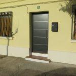 PUERTA VIVIENDA DE ALUMINIO GRAFITO CON DETALLES EN INOXIDABLE